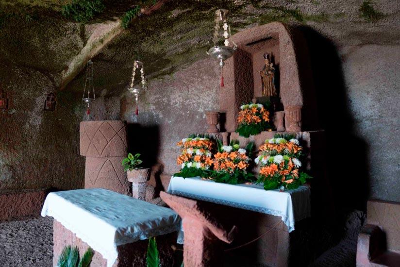 Altar, pulpito y confesionario
