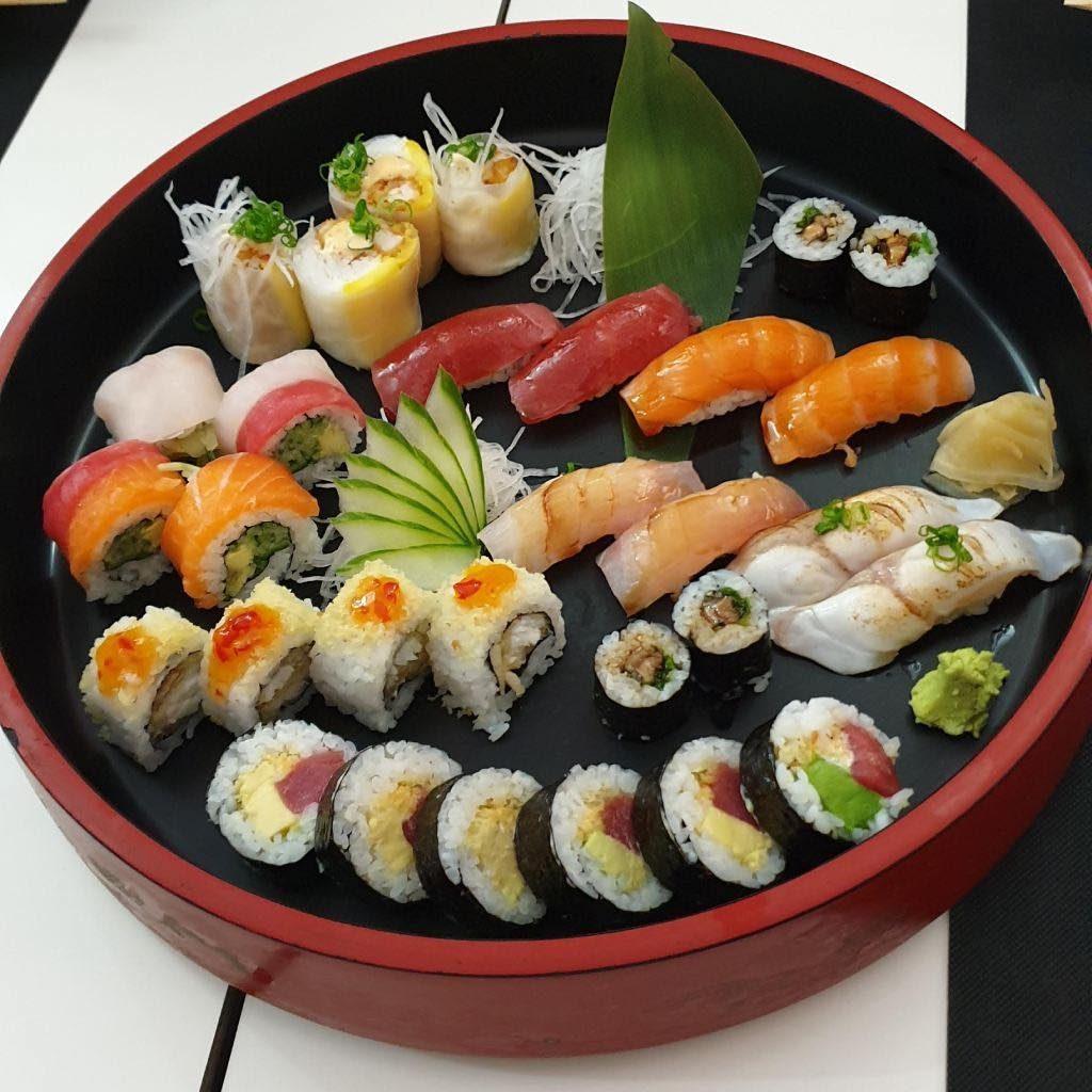 Bandeja de sushi y sashimi variado en restaurante Hito Las Palmas