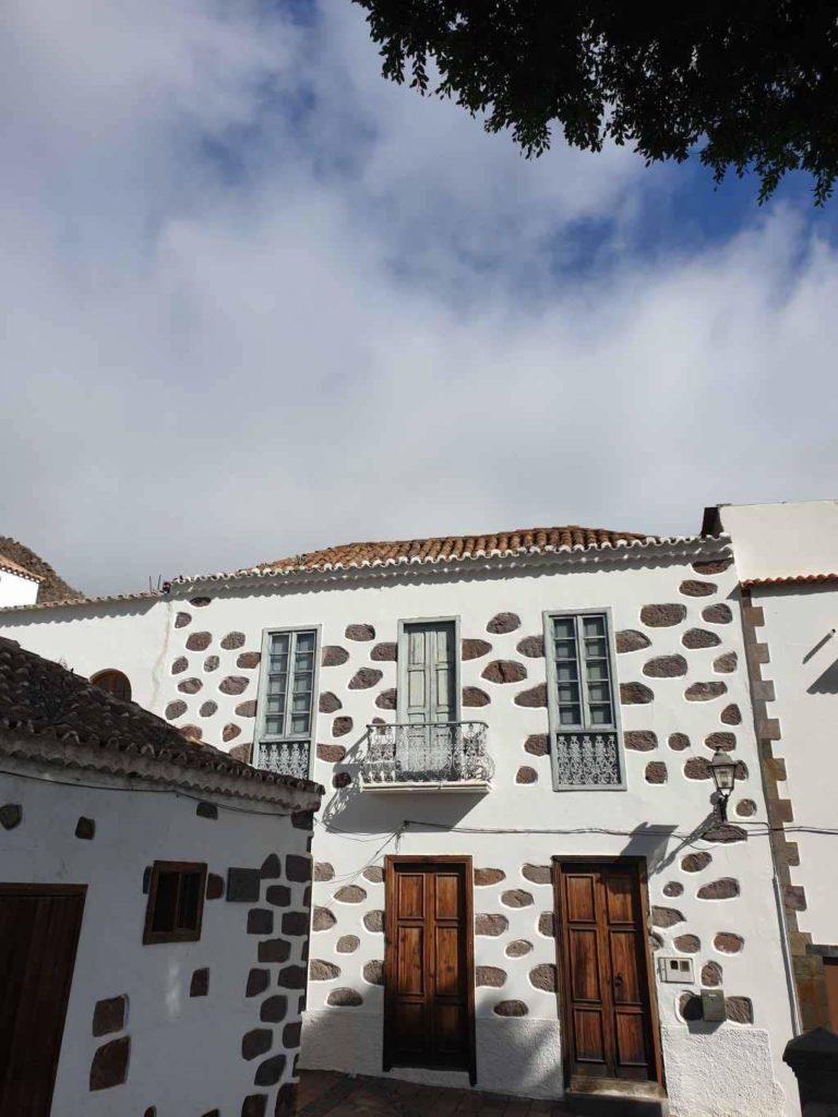 Casas canarias junto a la plaza del pueblo