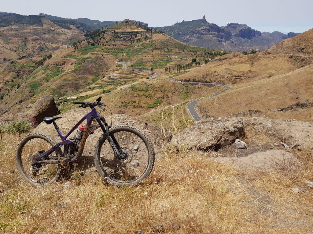 Kona bike y paisaje de las montañas de Gran Canaria