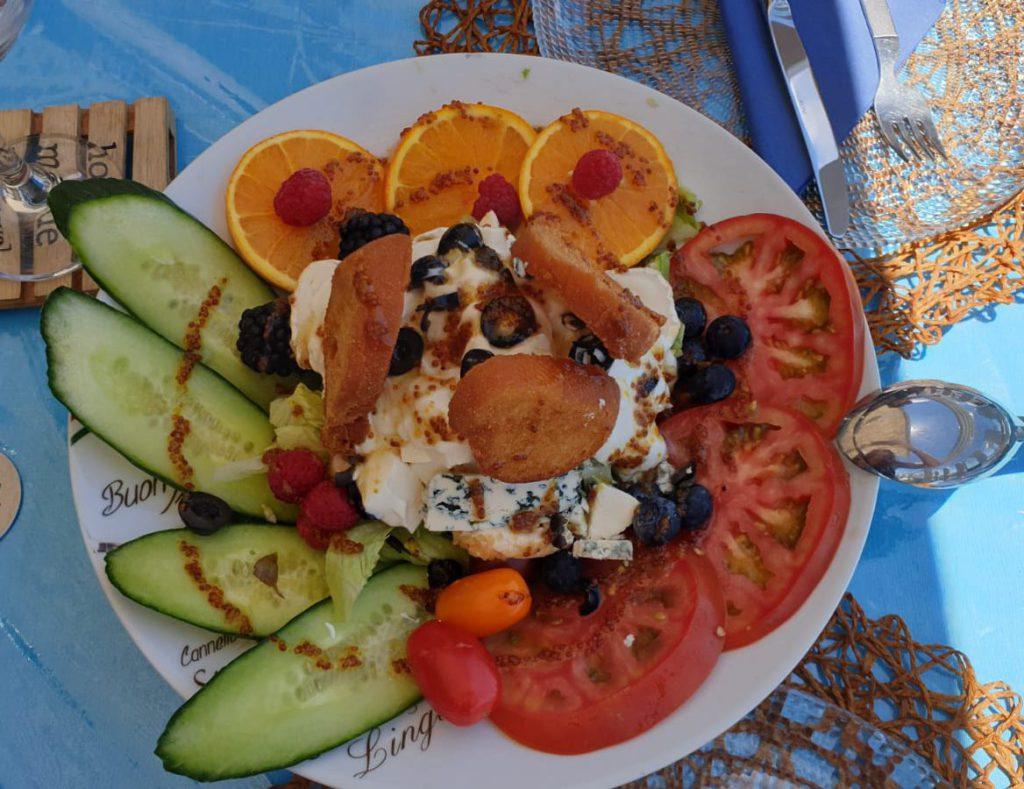 Where to eat in Sardina, greek salad in La Cueva restaurant