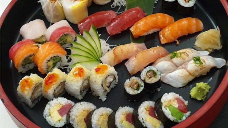 Sushi y makis variados en restaurante Hito