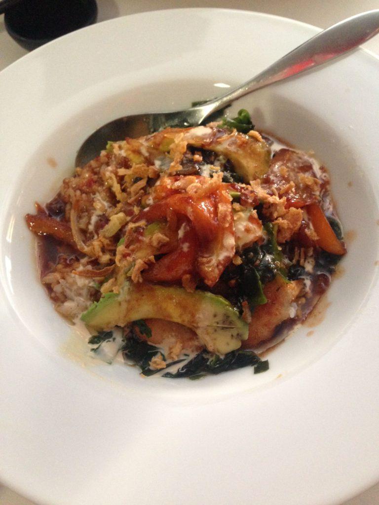 Fish tataki with rice, algae, onion and avocado
