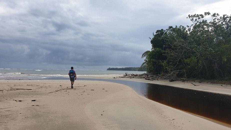 Cruce de río en Cahuita