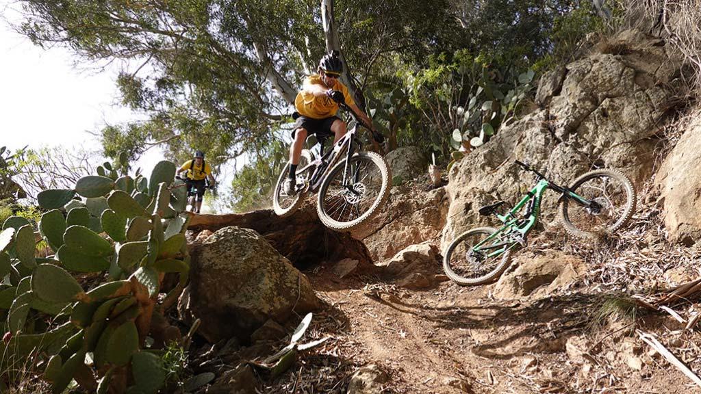 Salto durante la ruta de enduro por El Toscón