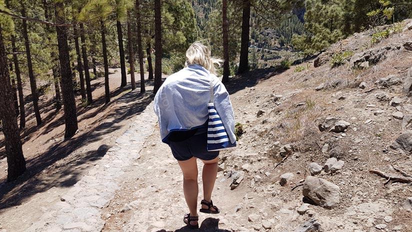 Turista mal equipada para el sendero